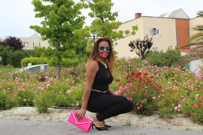 Outfit con clutch rosa