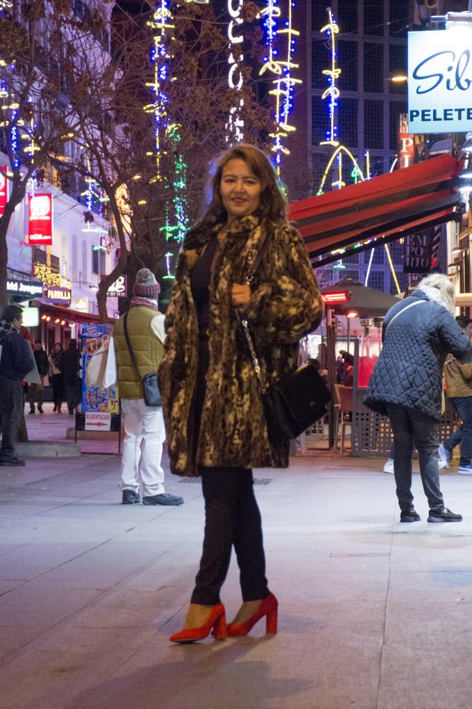 abrigo leopardo zapatos rojos