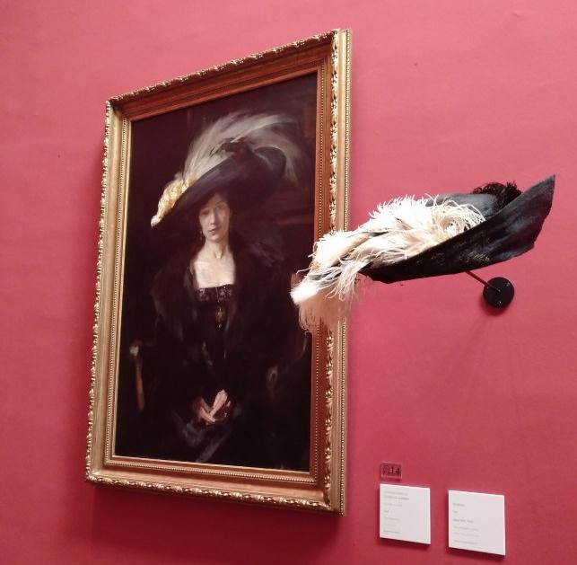 Clotilde posa con sombrero de la Belle époque