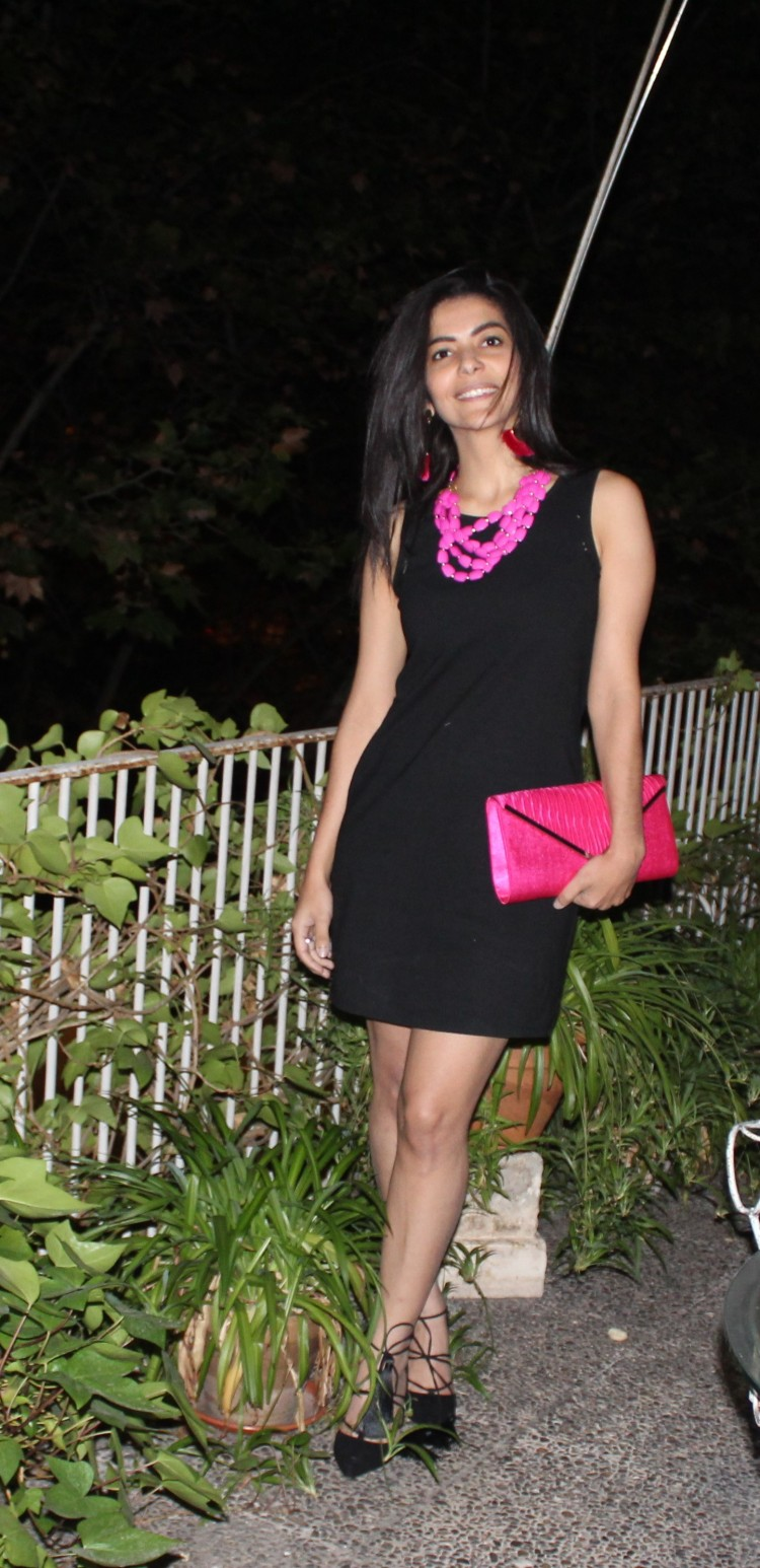 Su uso se ha extendido de tal manera que se refieren a este vestido con la abreviatura LBD (siglas en Ingles) Little Black Dress.
