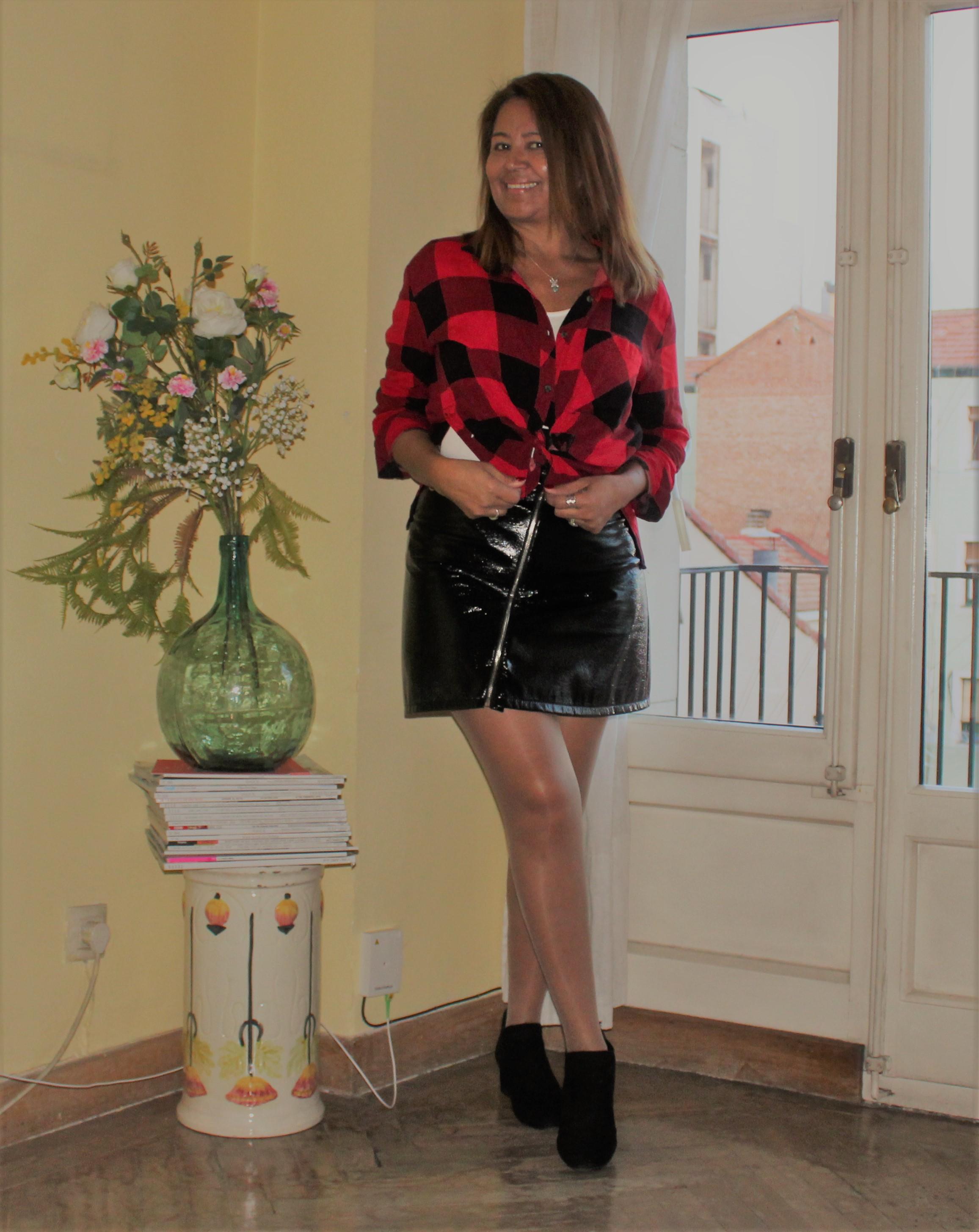 falda negra de cuero.jpg