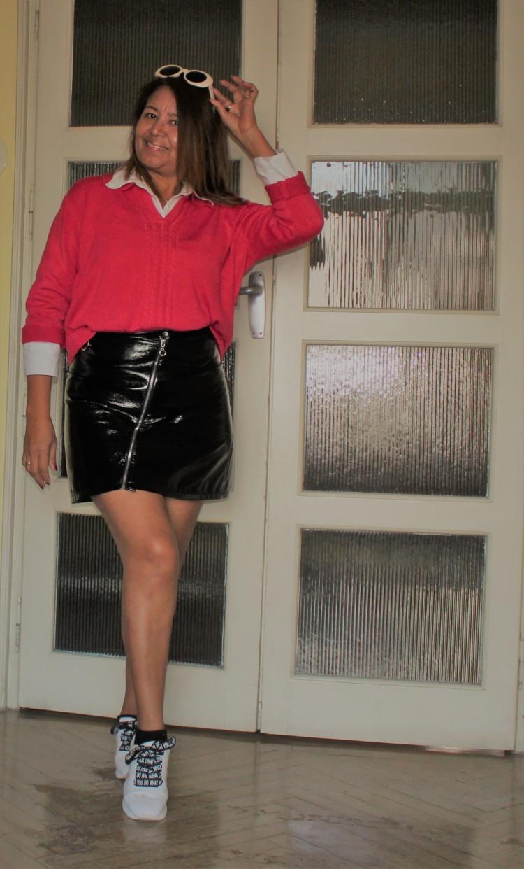 look zapatillas y falda de cuero.jpg