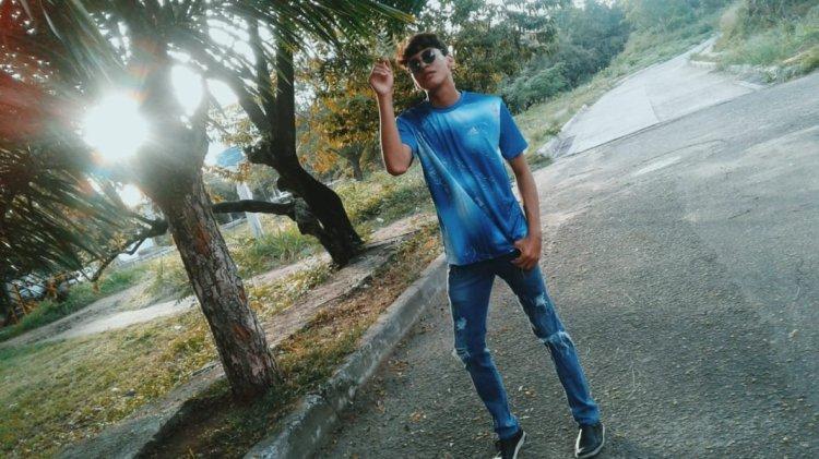 Camiseta azul y vaquero roto. Look urbano para chico.