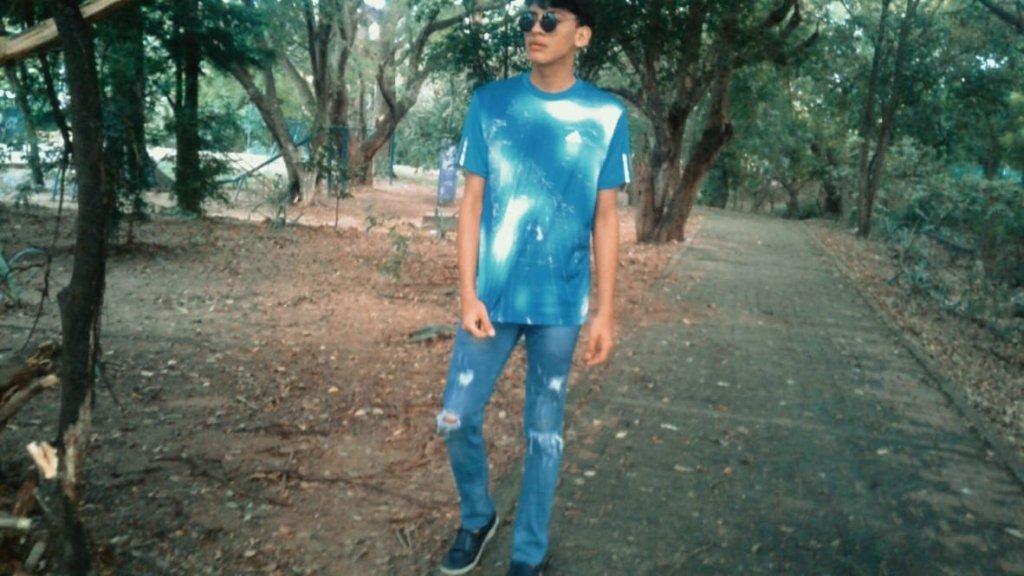 Camiseta de hombre y blue jeans roto. Moda juvenil.