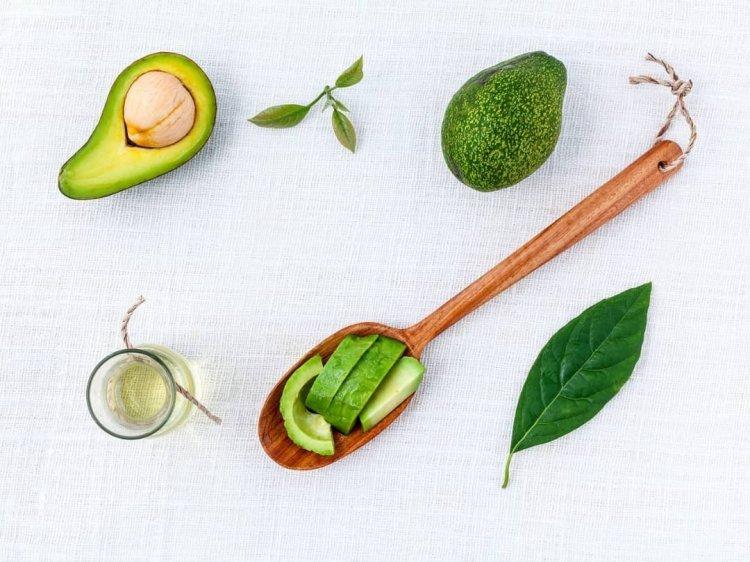 Aguacate y aceite de oliva para hacer mascarilla