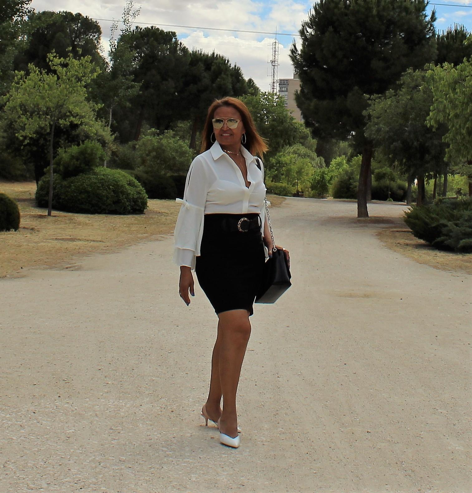 Camisa blanca y falda negra tubo.