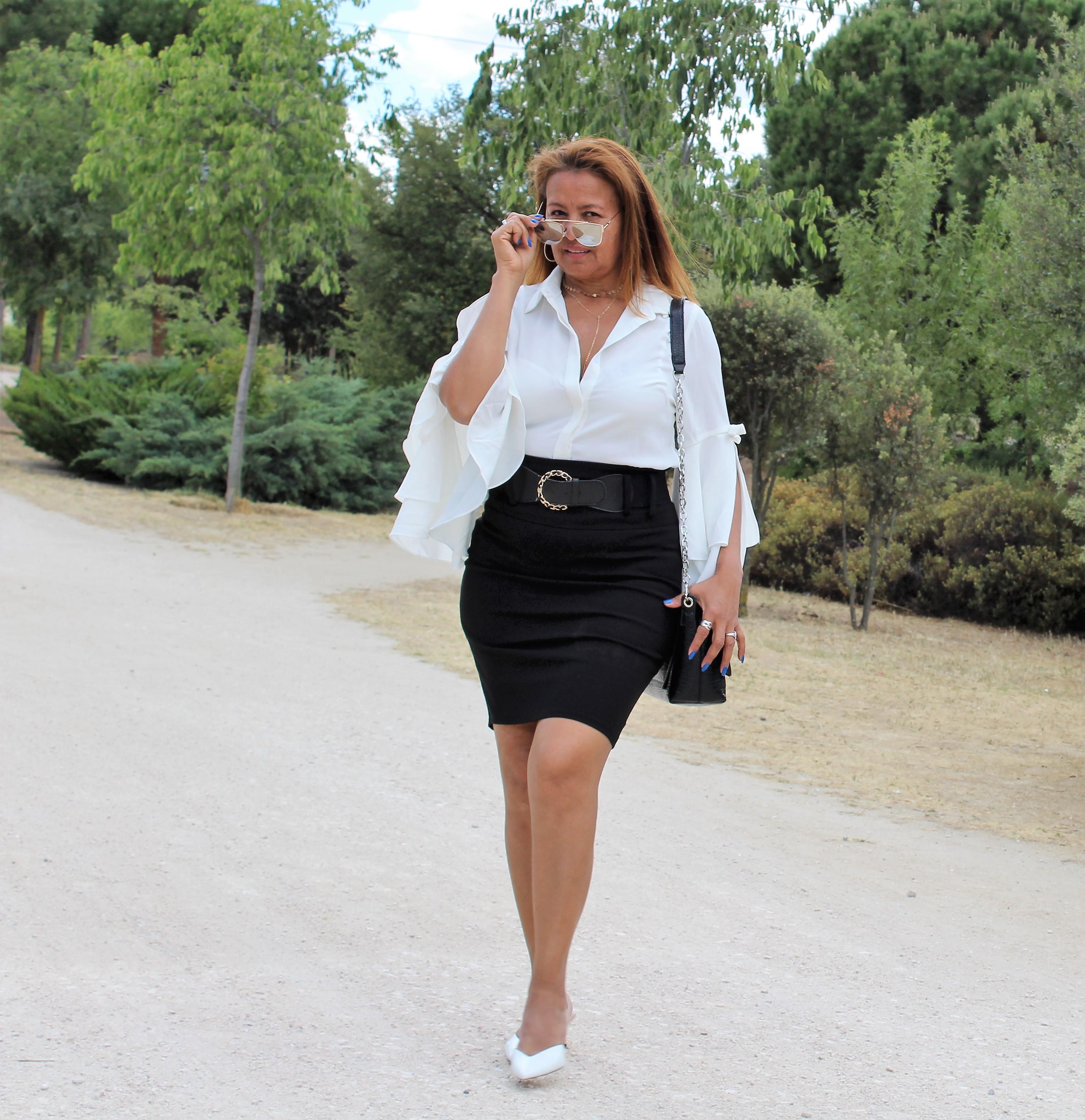 Falda tubo negra con cinturon ancho.