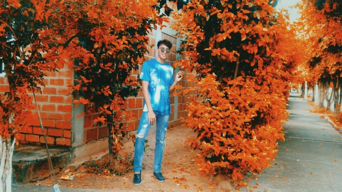 look de blue jenas. Moda joven hombre.