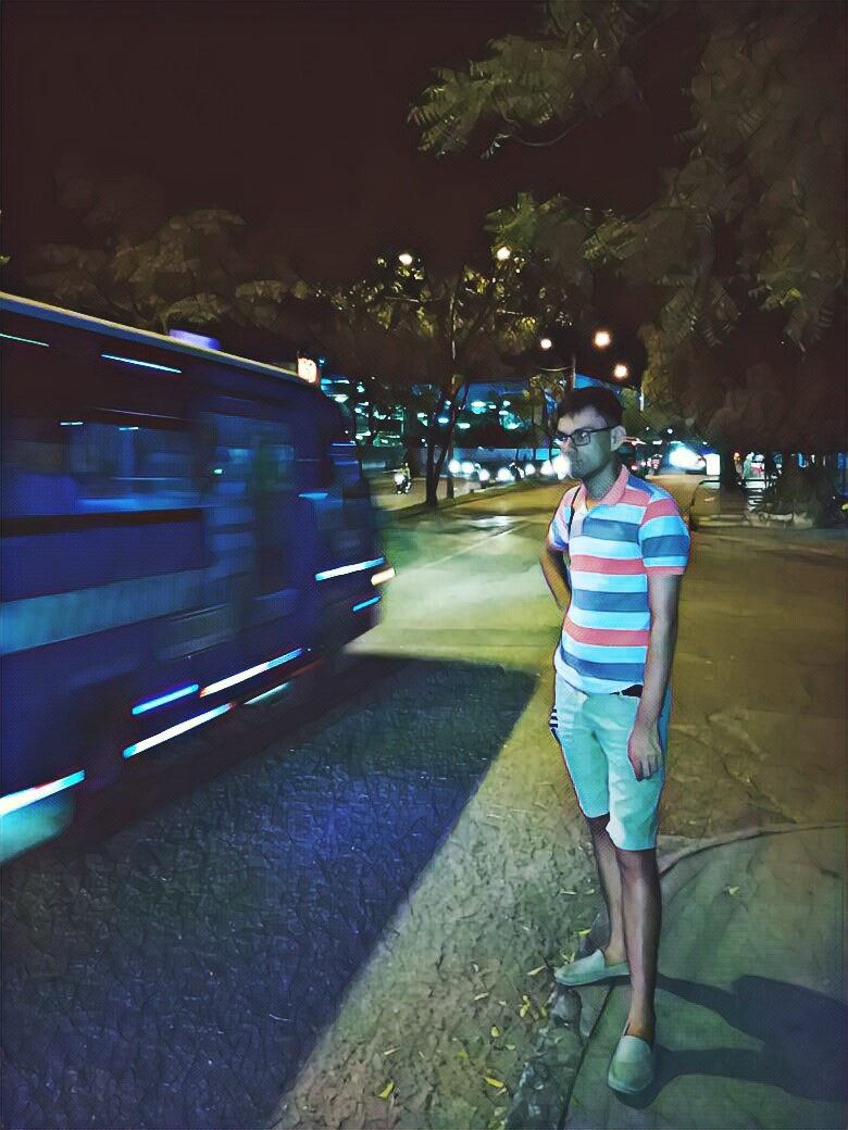 Una calle de noche en Neiva Colombia