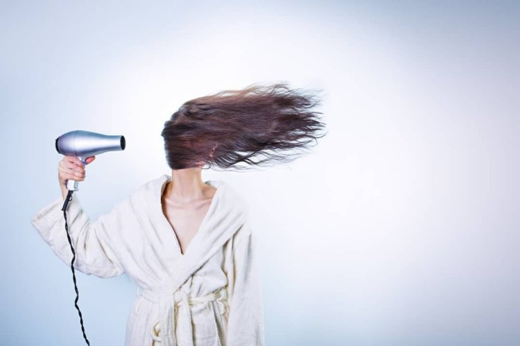 Mujere con secador de pelo