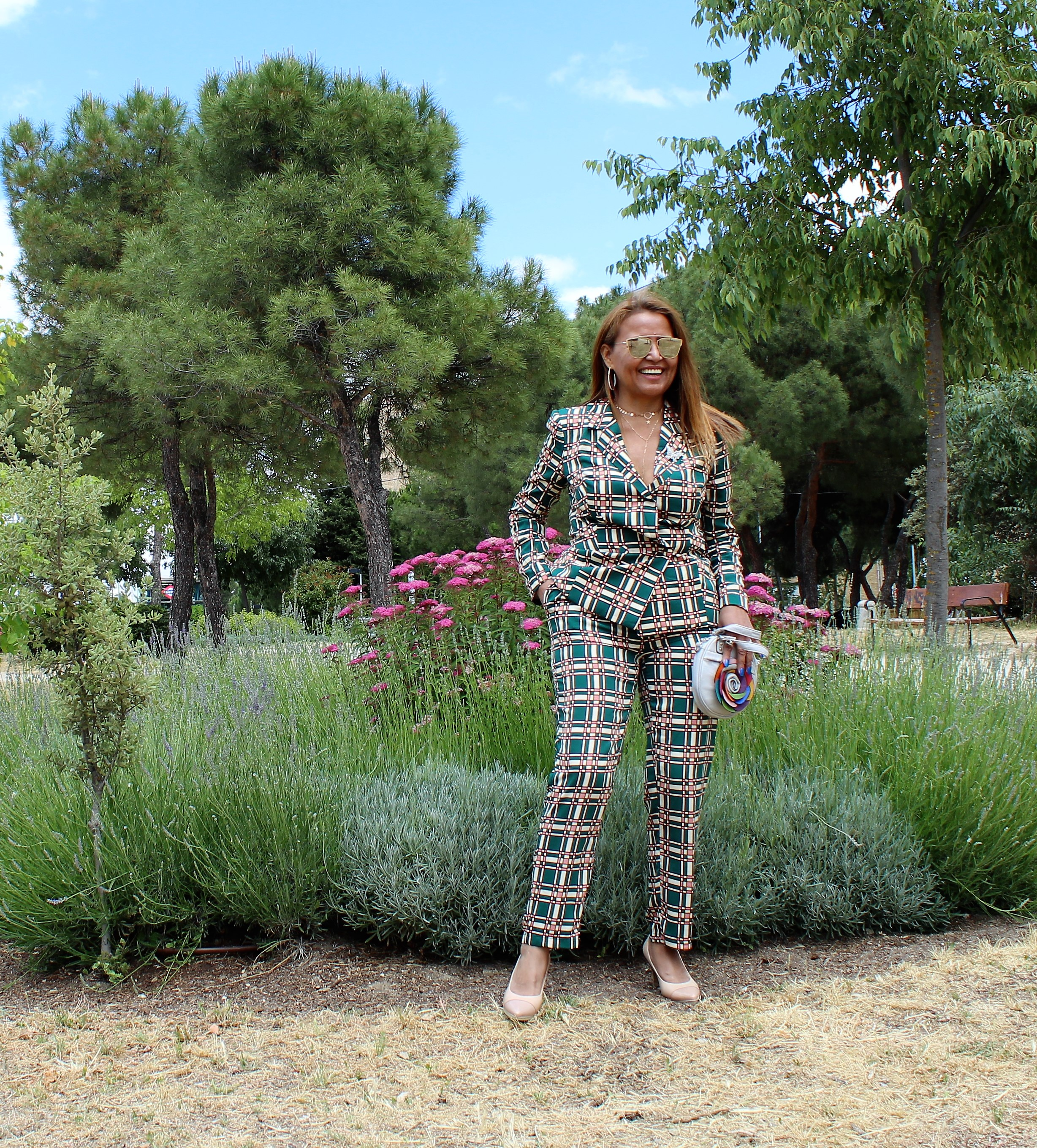 Pantalón y ameriana a cuadros verdes de mujer.