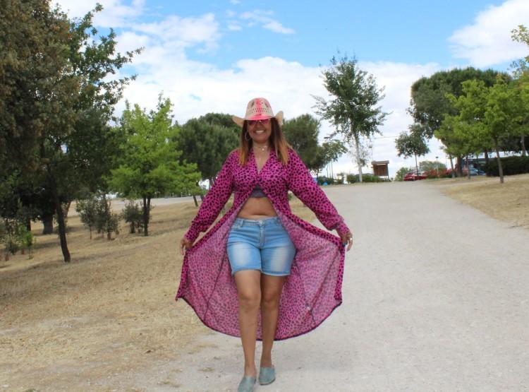 Look con kimono rosa