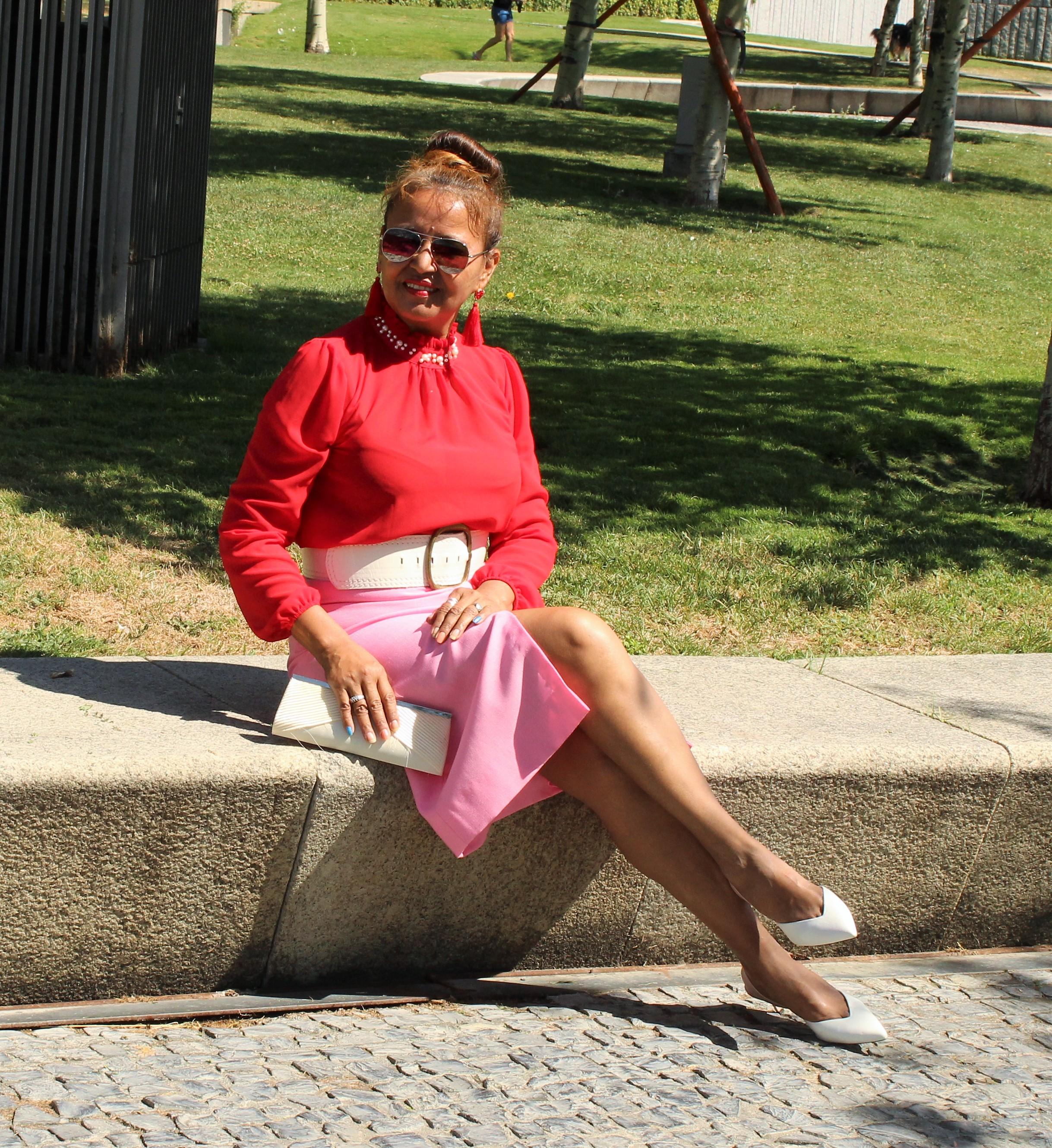 falda tubo rosa con blusa roja