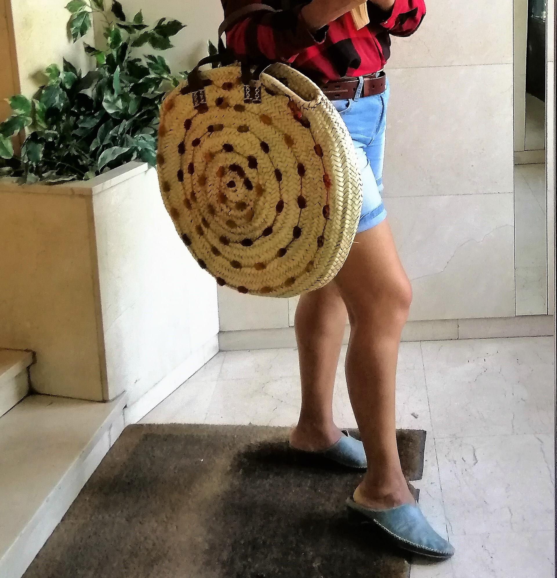 Bolso de rafia decorado, forma circular