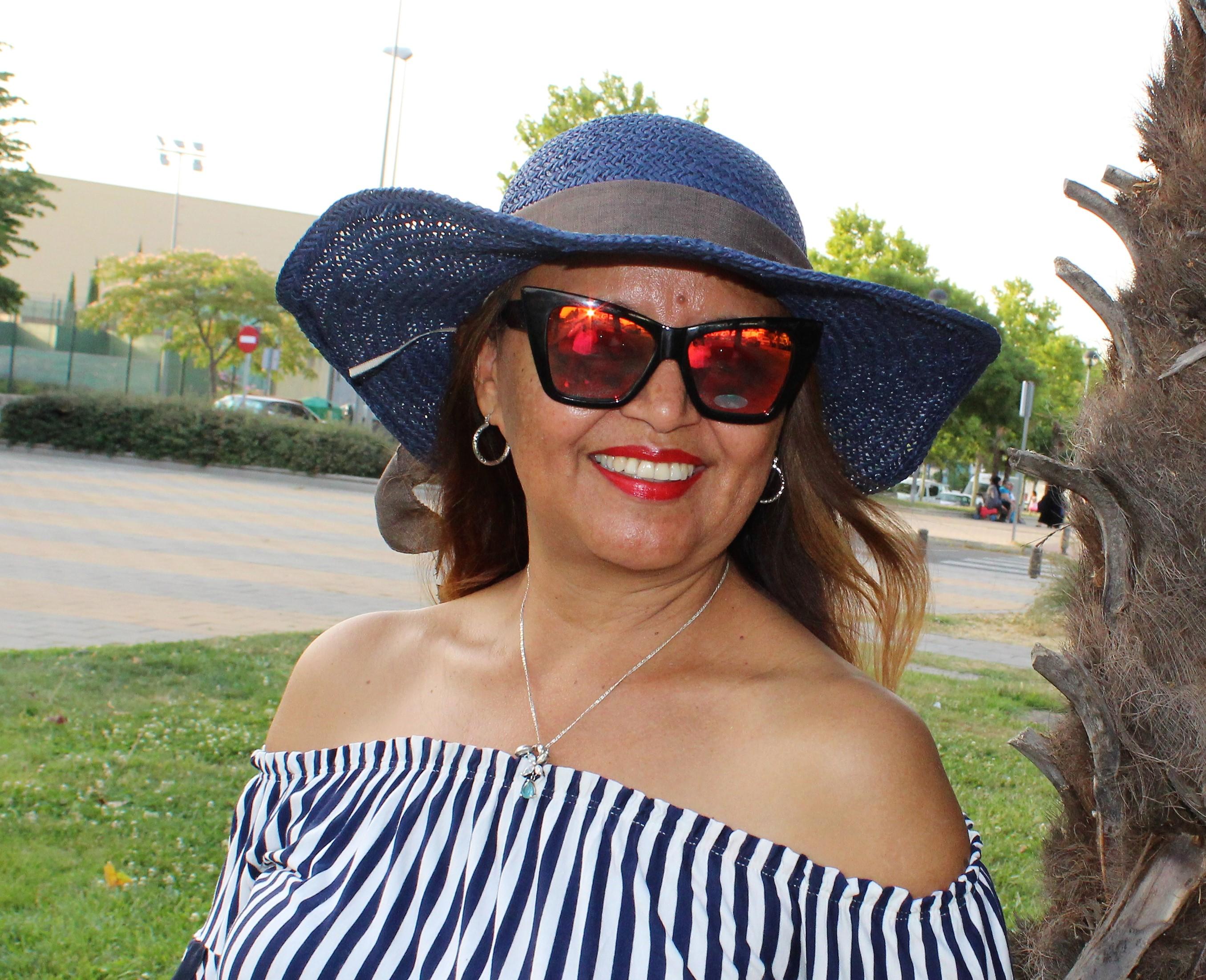 Pamela azul y gafas espeho rojo.