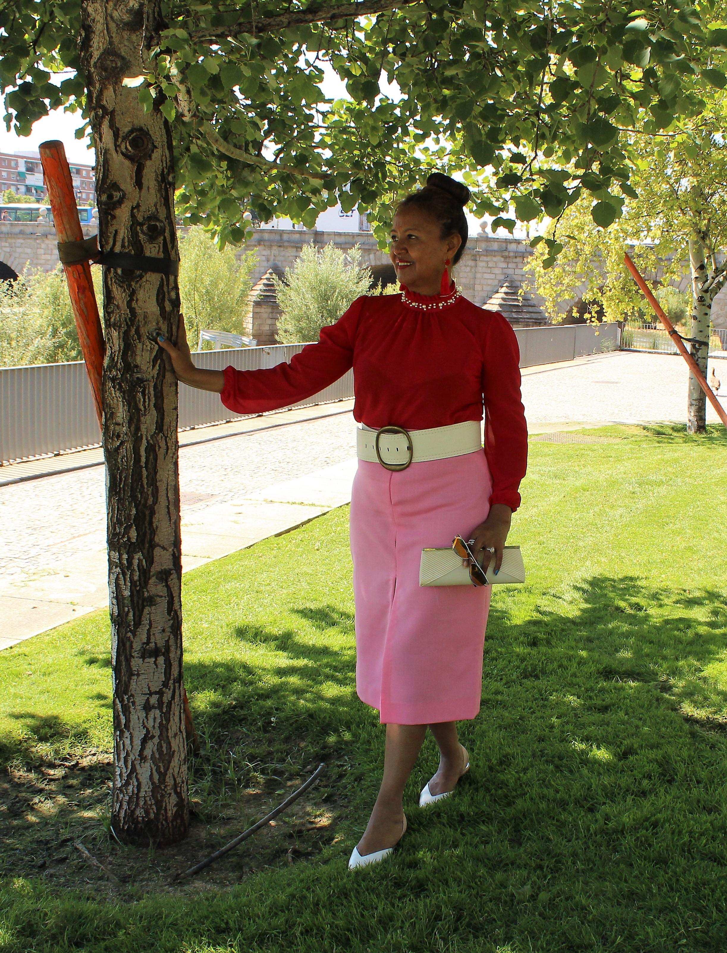 Falda recta rosa.