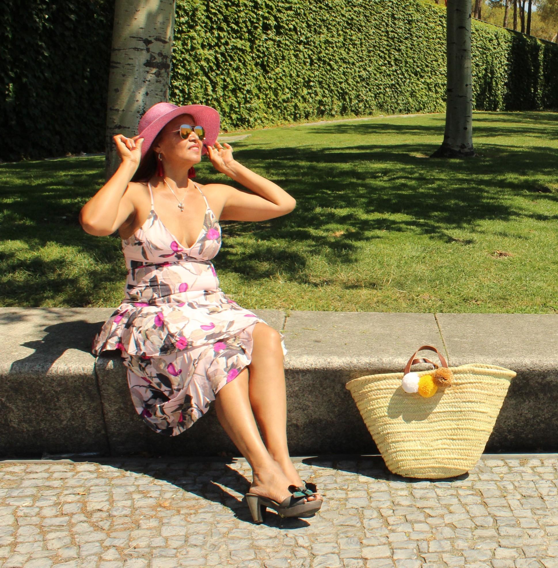 Look con vestido y sombrero rosa