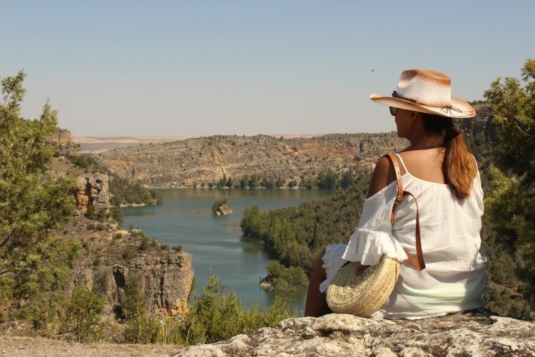 Chica mirando el Río Duratón