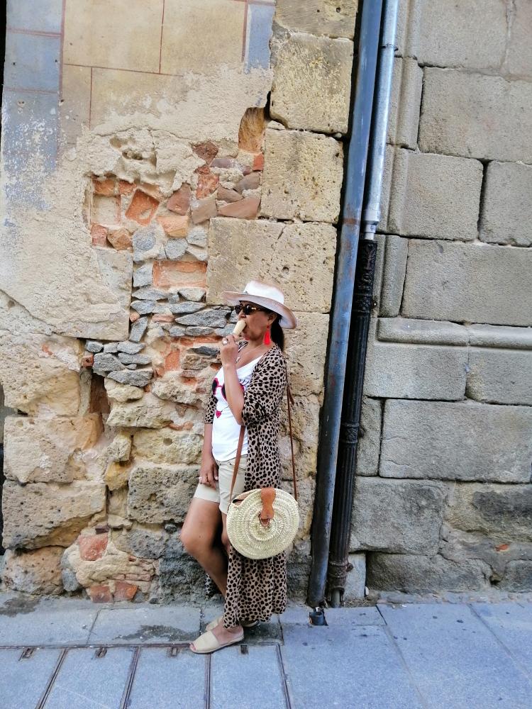 Vestido kimono leopardo, bolso de rafia circular, sombrero cowboy.