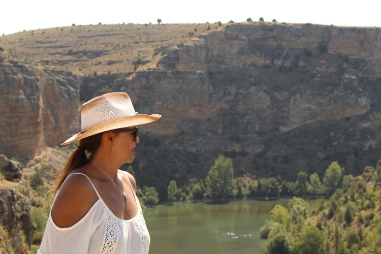 Mujer de perfil con sombrero